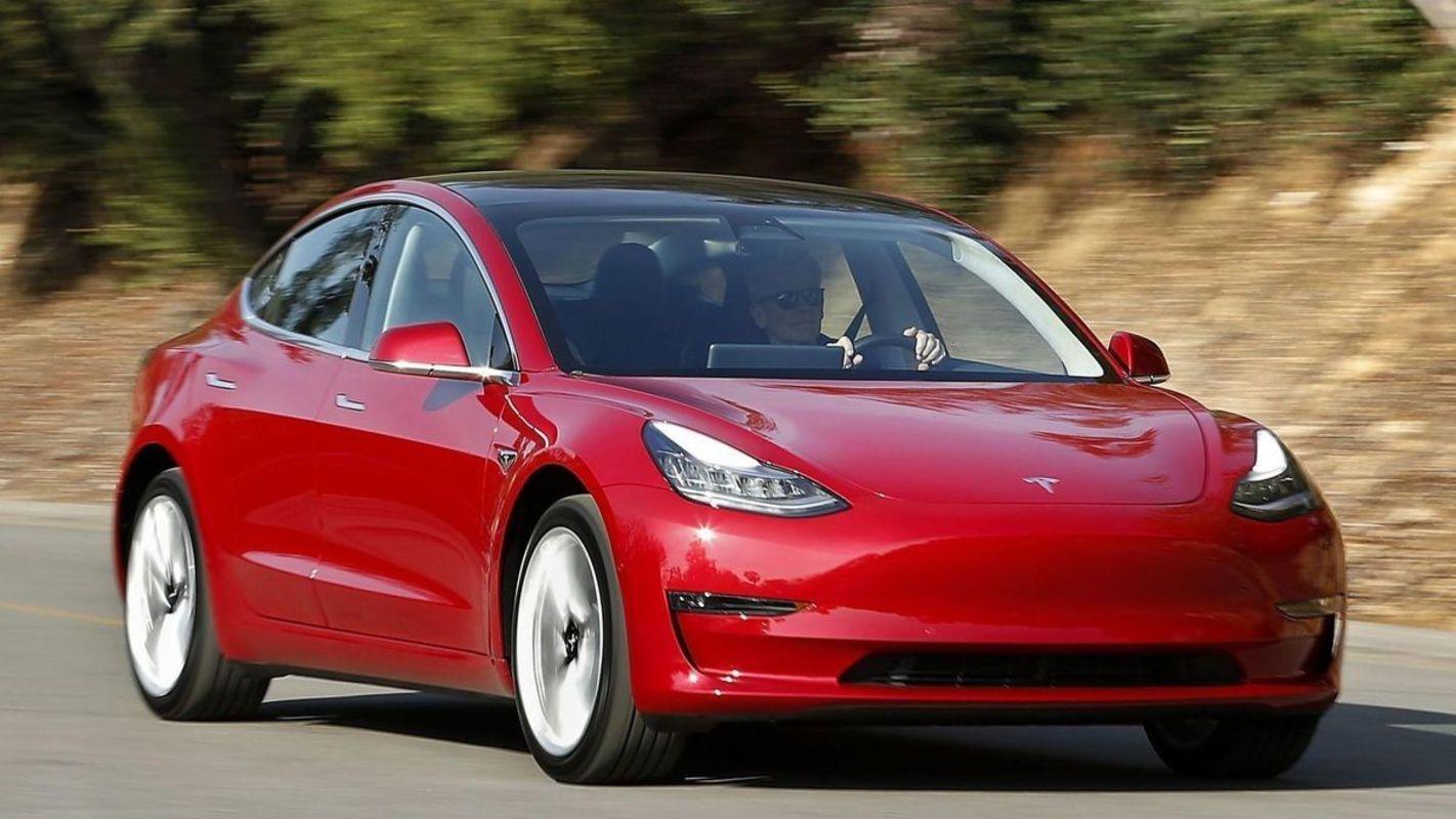 На трассах был замечен полноприводный седан Tesla Model 3