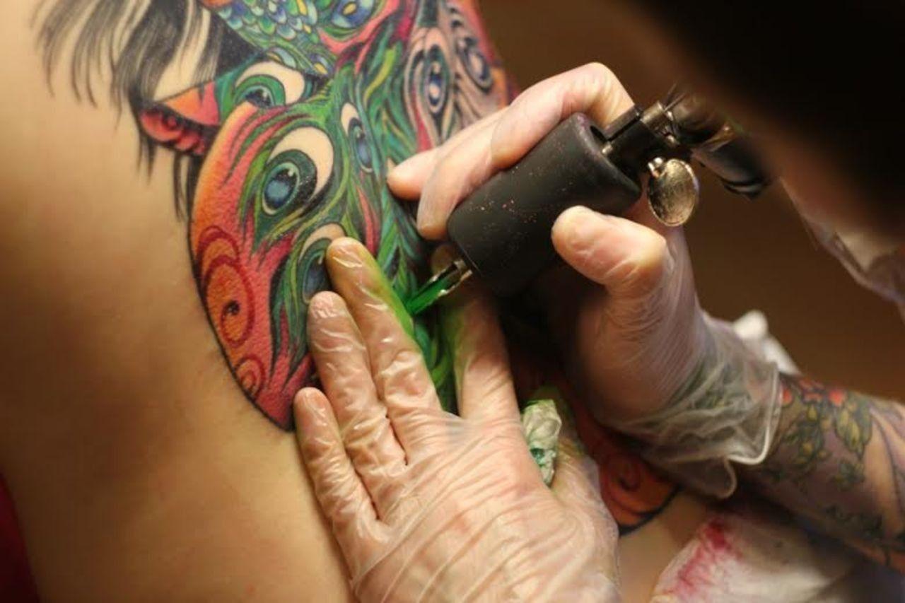 Ученые узнали, почему татуировки остаются яркими спустя годы