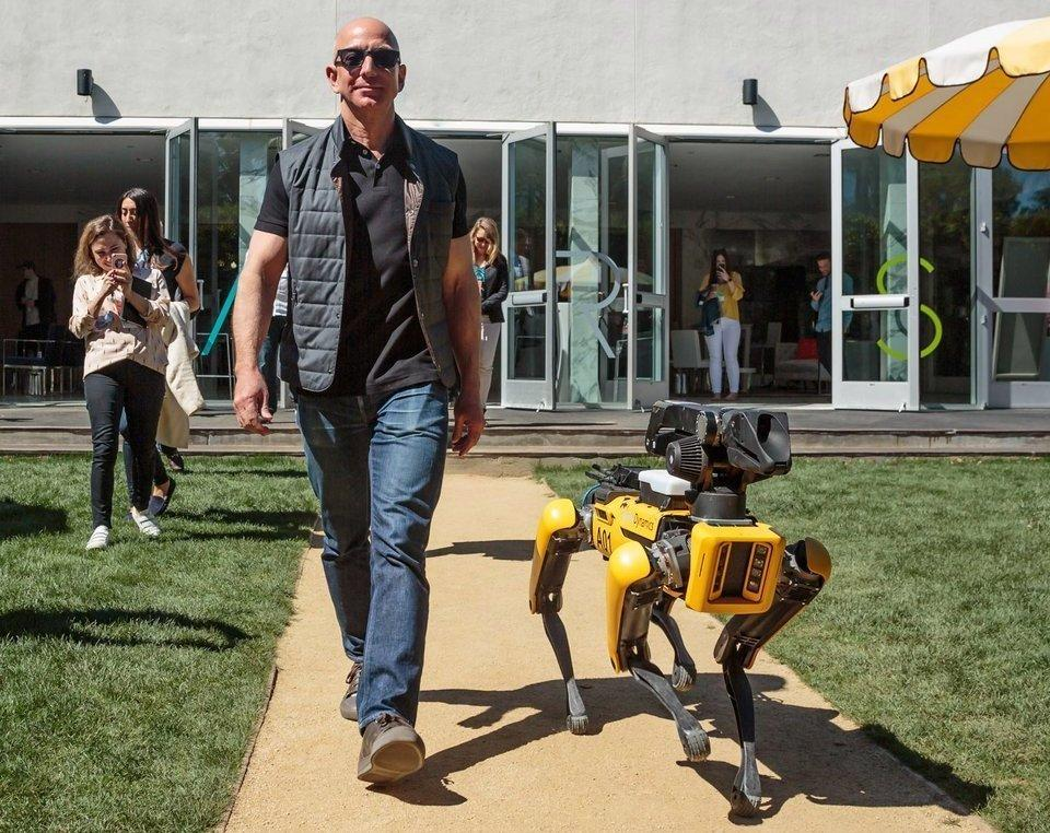 Глава Amazon прогулялся наMARS ссобакой-роботом