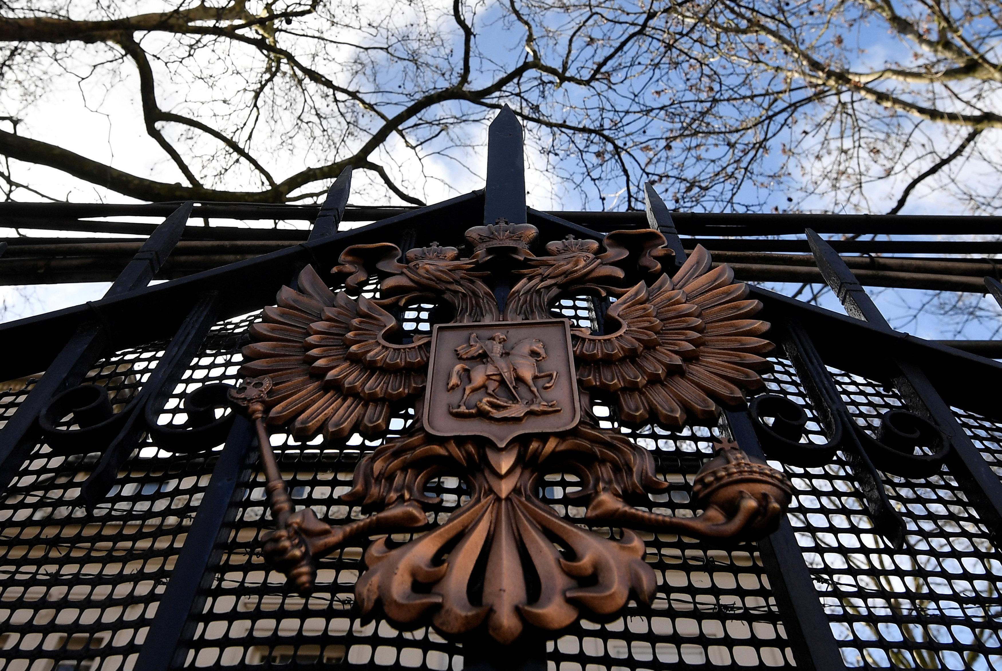 Высылаемые русские дипломаты ссемьями покинули ПосольствоРФ встолице Англии