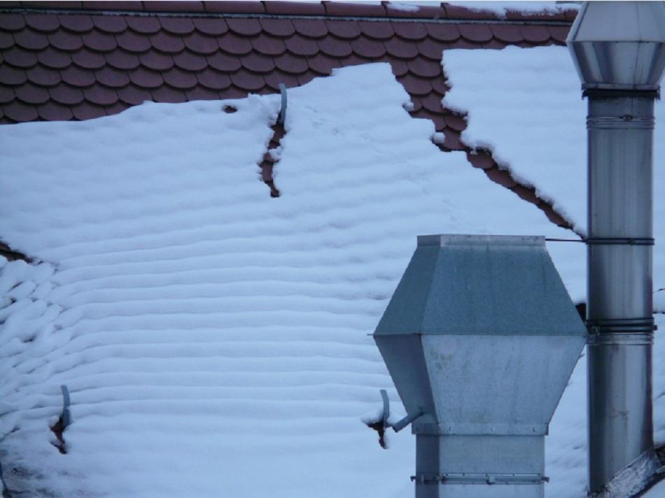 НаЯмале 2-х молодых людей чуть непогубил обрушившийся скрыши снег