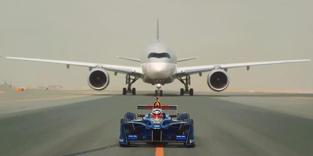 Видео: Болид Formula E соревнуется с самолётами в скорости