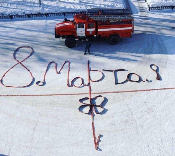Пожарный-романтик из Северодвинска необычно поздравил супругу с 8 марта