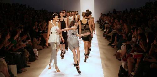 Дизайнер Лебедев предложил ставить моделей на багажную ленту вместо подиума