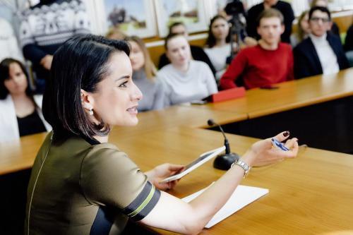 Учителя и школьники поддержали Тину Канделаки в позиции отменить ЕГЭ