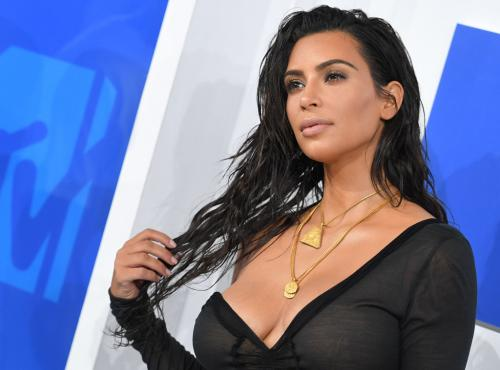 Ким Кардашьян в белом купальнике засветила большую грудь