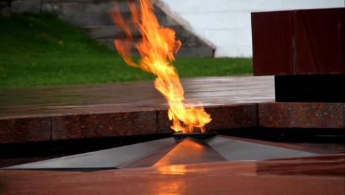 В Усолье-Сибирском школьница потушила снежками Вечный огонь