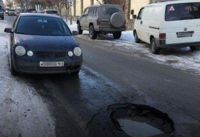 В Ростове-на-Дону под Volkswagen провалился асфальт