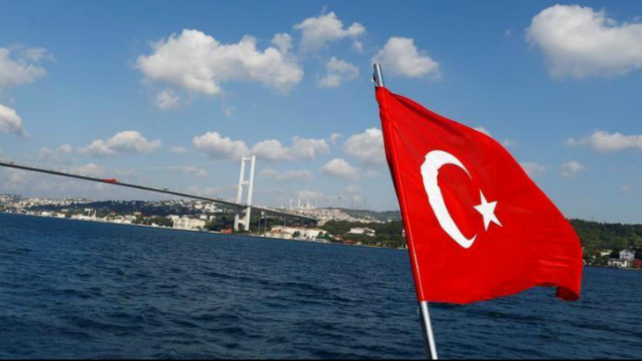 ВСтамбуле сухогруз врезался вособняк XVIII века наберегу Босфора