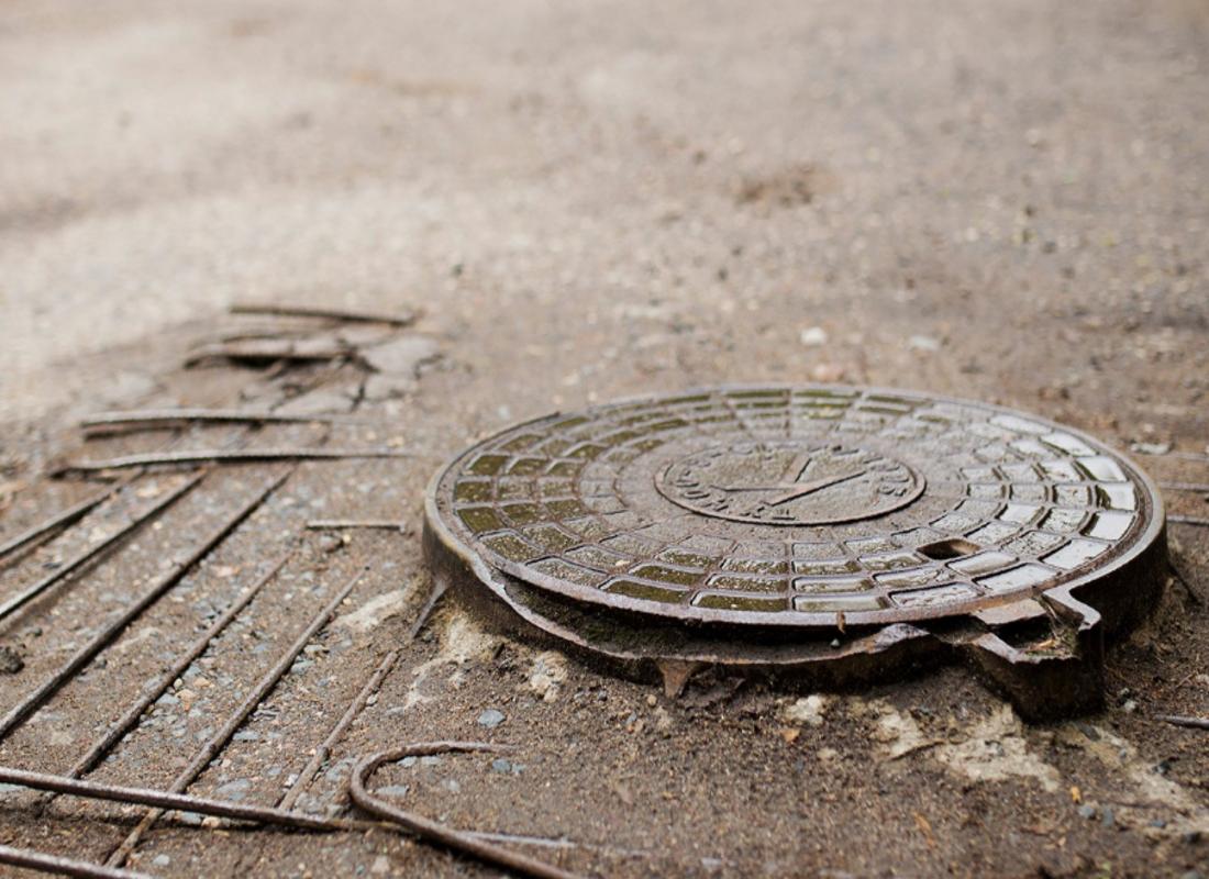 Жительница Ярославской области упала воткрытый канализационный колодец изахлебнулась