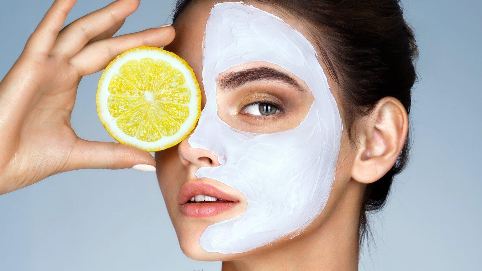 Врачи назвали ТОП-5 домашних масок, которые опасно наносить налицо