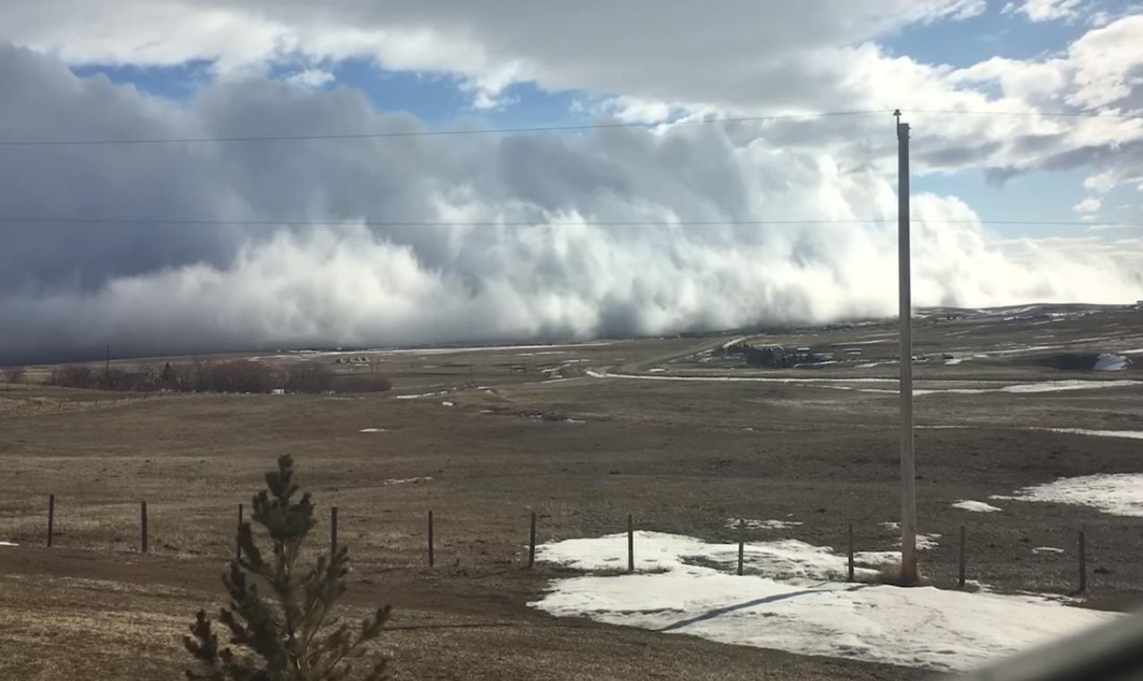 Необычное облако-цунами накрыло западную часть Канады