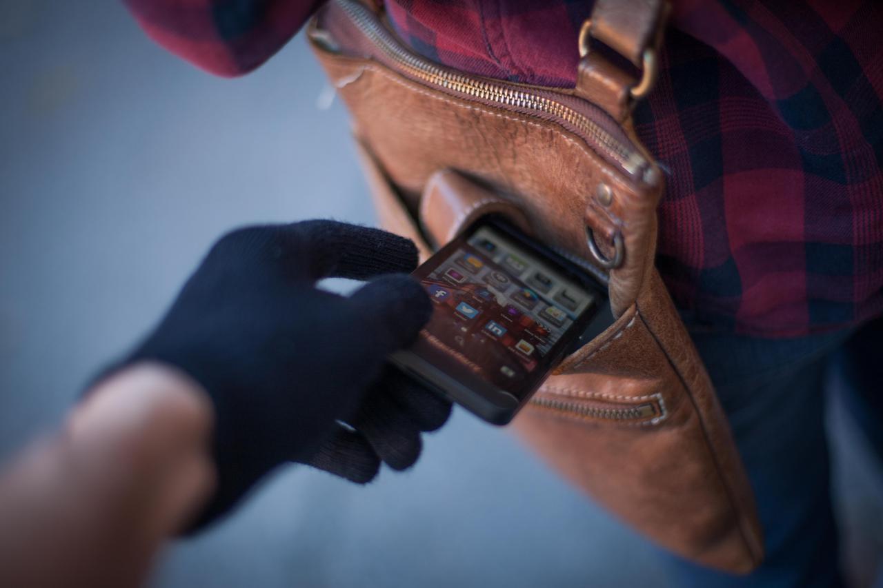 Омский дворник сходил вгости илишился своего IPhone