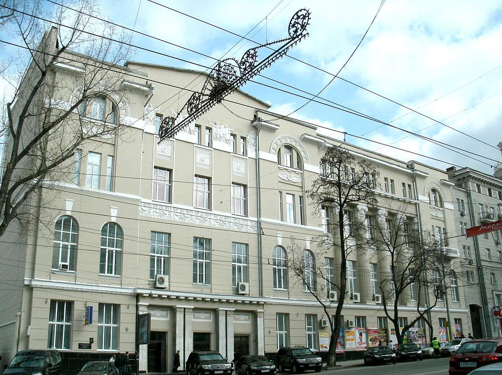 Ростов: мужчина впал вкому, сорвавшись скрыши Дома офицеров