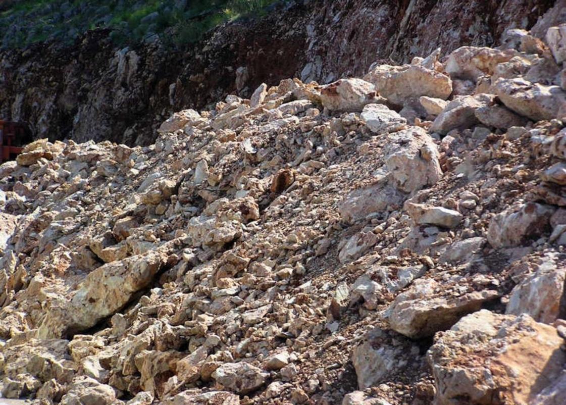 В КНР под горными завалами остаются шесть человек