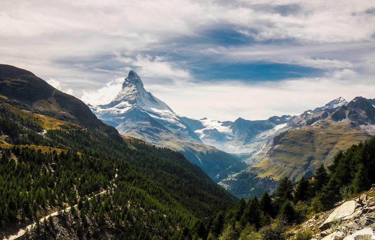 Из-за ухудшения погодных условий в Альпах приостановили поиски российской туристки