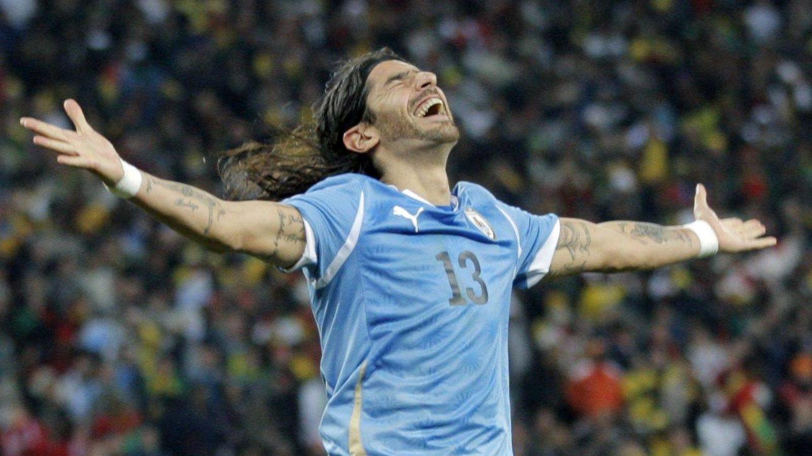 Футболист чилийской команды кинул стол восвиставших его фанатов