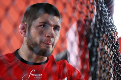 Завоеванный пояс чемпиона UFC Нурмагомедов подарил своему отцу