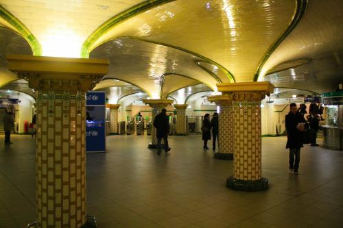 В метро Петербурга запретили гадать и попрошайничать