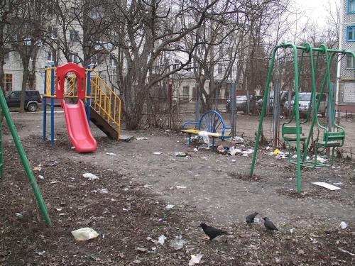 В городе Пермь устроили мусорную свалку в жилом дворе рядом с детскими садом