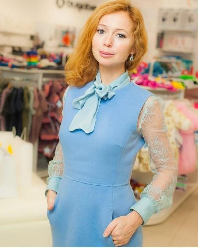 Елена Захарова посетила fashion-шоу в абсурдном наряде