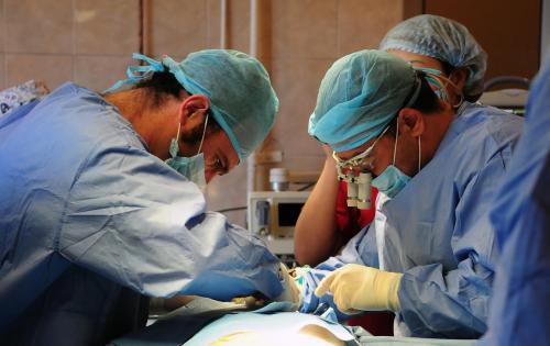 Мужчина в сознании наблюдал, как ему вырезают опухоль мозга