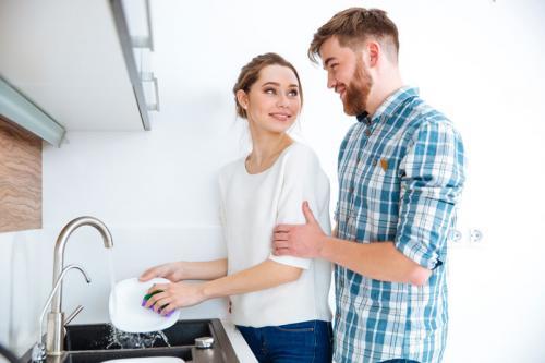 Ученые: Моющие посуду мужчины оказались лучшими любовниками