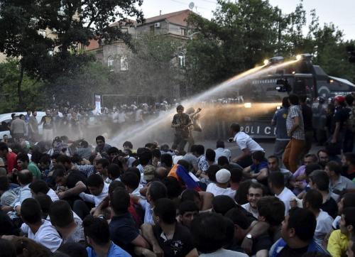 В центре Еревана десятки тысяч человек собрались на митинг