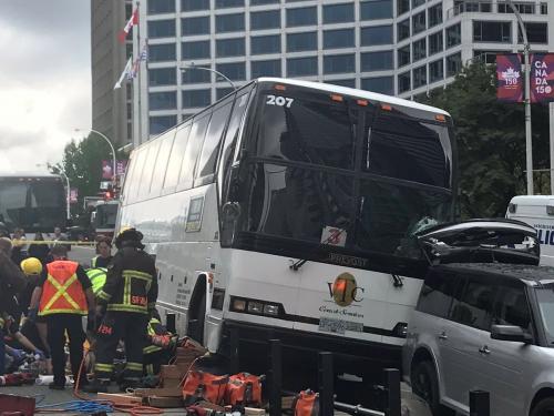 В Торонто микроавтобус врезался в толпу пешеходов, двое погибли