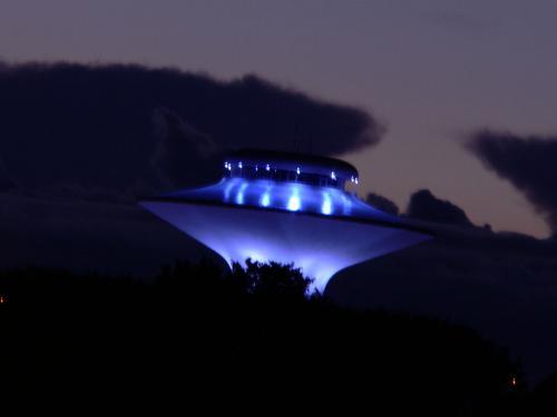Фотограф снял в ночном небе несколько цилиндрических НЛО