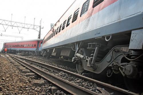 В Крыму из-за старых гнилых шпал локомотив и тепловоз сошли с рельс