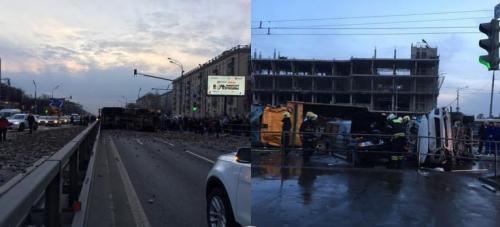 Груженый щебнем грузовик протаранил две легковушки в Москве и перевернулся