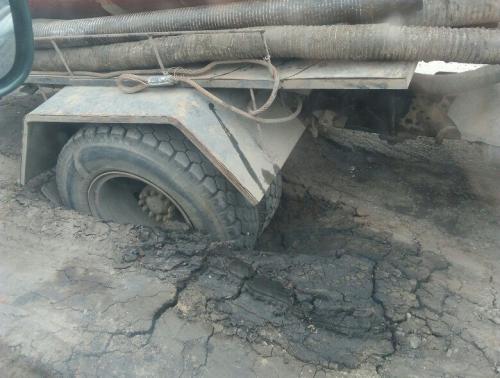 В Орле грузовик провалился в асфальт