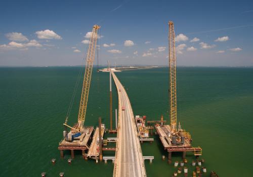 На Крымском мосту завершили укладку асфальта