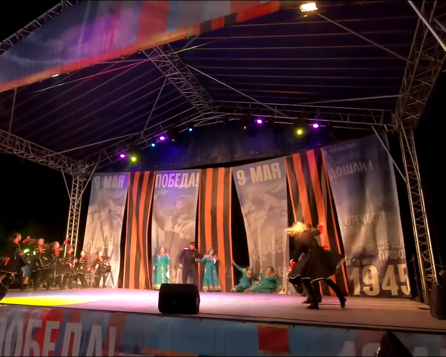 Наконцерте кодню Победы вШахтах рухнули сосцены две эстрадной певицы