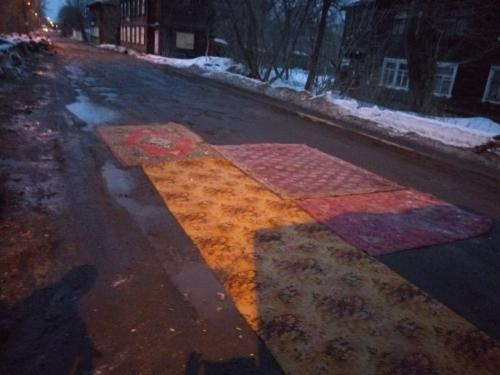 Жители Томска коврами закрывают ямы на дорогах
