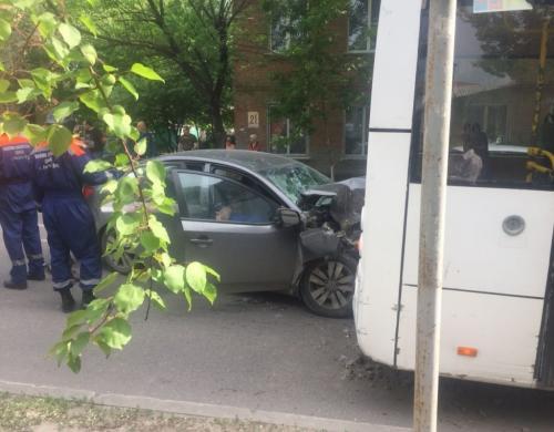 В Ростове иномарка протаранила пассажирский автобус