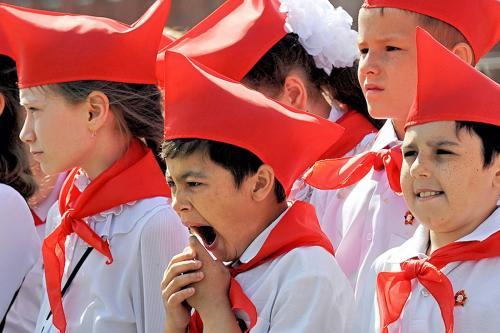 В Москве проводят церемонию приема школьников в пионеры