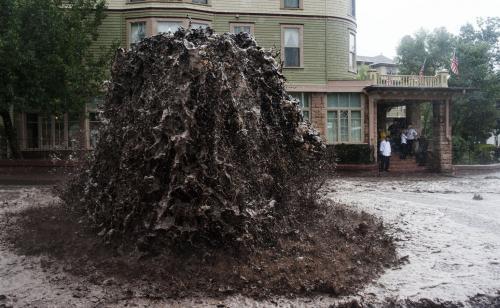 Жителей Выборга напугал зловонный фонтан нечистот