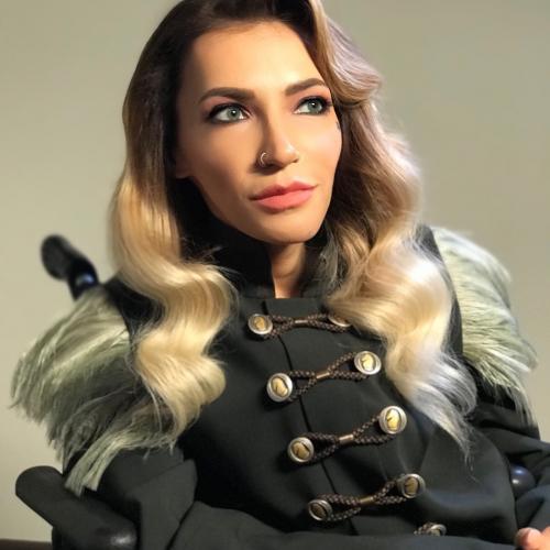В своей автобиографической книге Самойлова рассказала о дискриминации