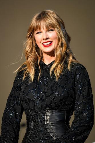 Тейлор Свифт прячет располневшие формы в тугие корсеты и колготы в сетку