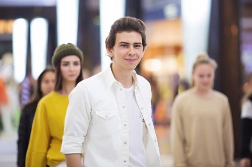 Молодой певец ВладиМир провел флешмоб в поддержку движения «антихейт»