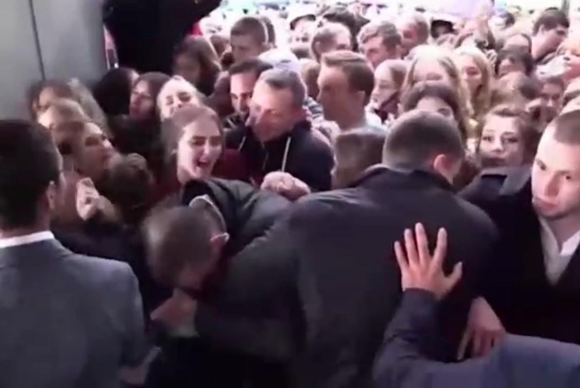 Ольга Бузова встала перед людьми наколени