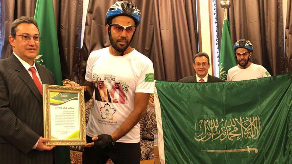Болельщик из Саудовской Аравии добрался до Петербурга на велосипеде