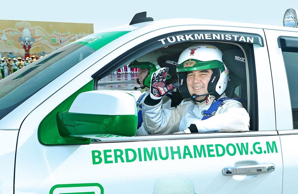 Президент Туркмении освоил новое ремесло иснова сел заруль