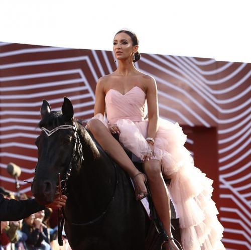 Ольга Бузова «прискакала» на красную дорожку на лошади