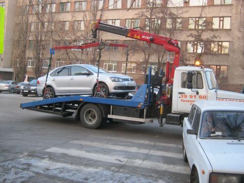 Эвакуатор поднял машину с ребёнком в Екатеринбурге