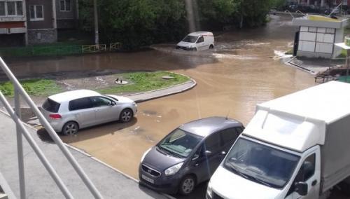 Прорыв канализации в Екатеринбурге привел к затоплению улицы