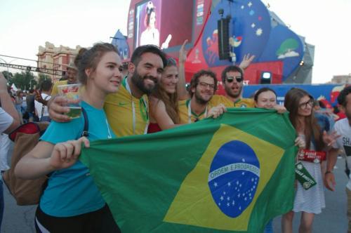Бразильцы прошли по Ростову с куклами Дональда Трампа