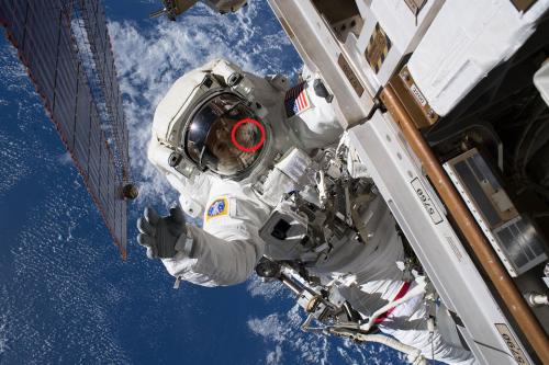 За бортом МКС засняли серого гуманоида в отражении скафандра